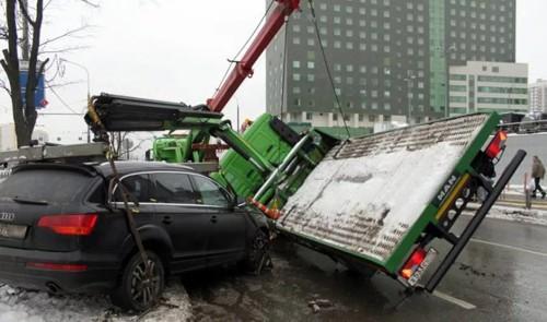 Оператор эвакуатора не соблюдал правила погрузки, что привело к опрокидыванию